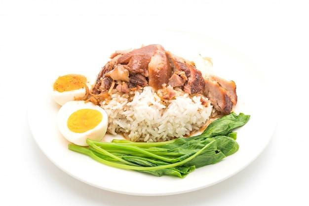 Gestoofde varkenspoot met rijst en groente