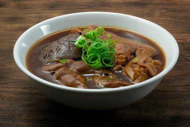 Gestoofde varkensschenkel en varkensbloed gekookt met bruine saus