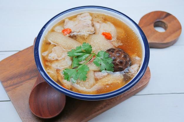 Gestoofde varkenssoep met chinese kruiden en bamboe, bamboo mushroom soup