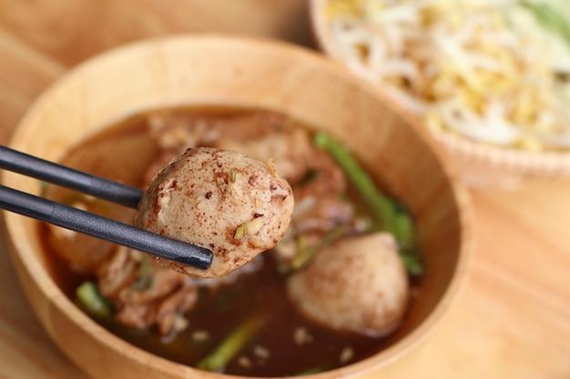 Gestoofde varkensvleessoep met gehaktbal