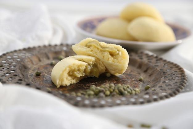 Gestoomde broodjes gevuld met groene bonenpasta