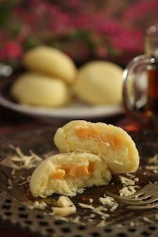 Gestoomde broodjes gevuld met kaas