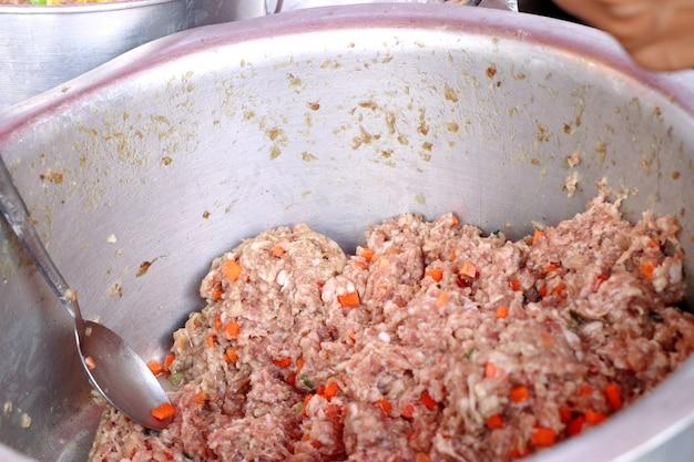Gestoomde dumplings bij straatvoedsel