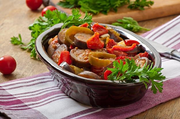 Gestoomde groenten - aubergine, paprika en tomaten