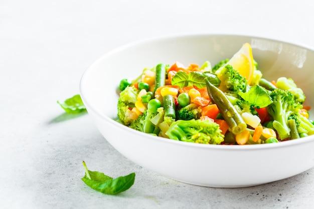 Gestoomde groenten in witte plaat