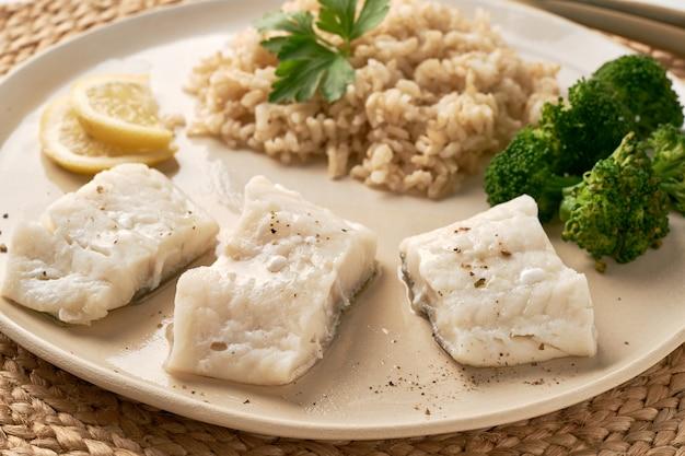 Gestoomde kabeljauw met bruine rijst en groenten, dash fodmap dieet zijaanzicht