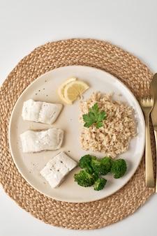 Gestoomde kabeljauw met bruine rijst en groenten