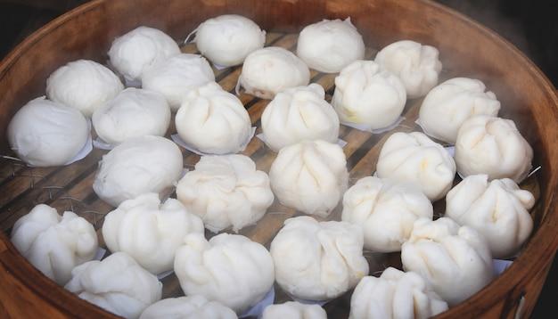 Gestoomde knoedel op bamboe pan gekookt en heet chinees spulbroodje
