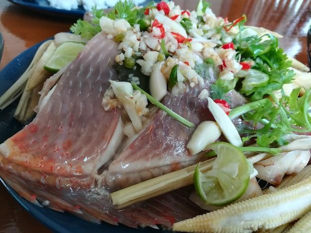 Gestoomde rode tilapia vis met chili limoensaus thaise limoenvis gestoomde vis in limoendressing