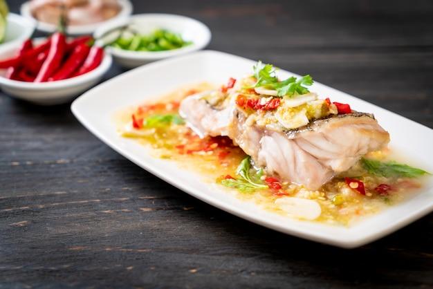 Gestoomde tandbaars visfilet met chili limoensaus in limoendressing