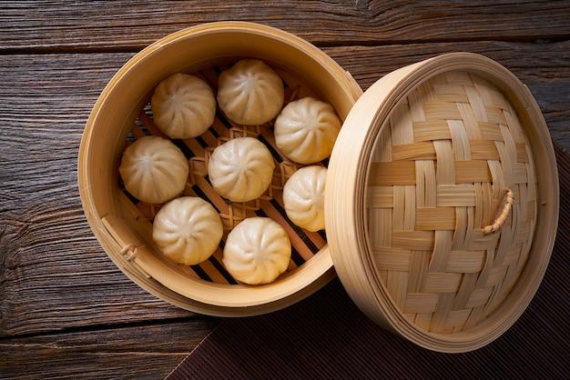 Gestoomde varkensvleesbroodjes in bamboestoomboot