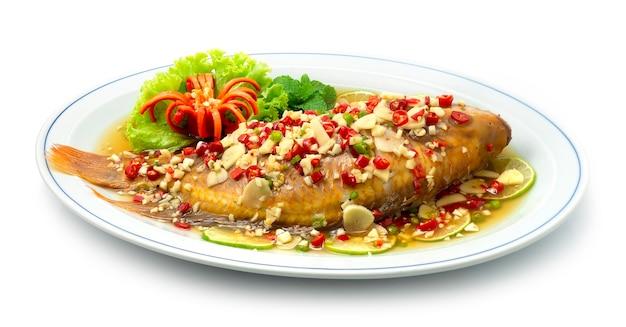 Gestoomde vis met limoensaus pittige smakelijke rode tilapia vis thais eten