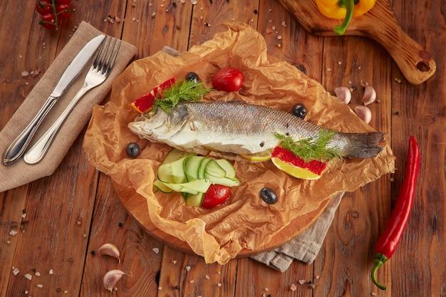 Gestoomde zeebaarsvis met verse groenten, vegetarisch voedsel