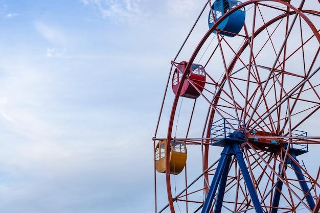 Gestopt reuzenrad zonder mensen dichtbij zicht onder de heldere blauwe lucht met kopieerruimte