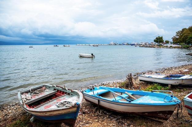 Gestrande boten aan de oever van de egeïsche zee, stavros, griekenland