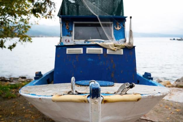 Gestrande metalen boot aan de oever van de egeïsche zee, stavros, griekenland