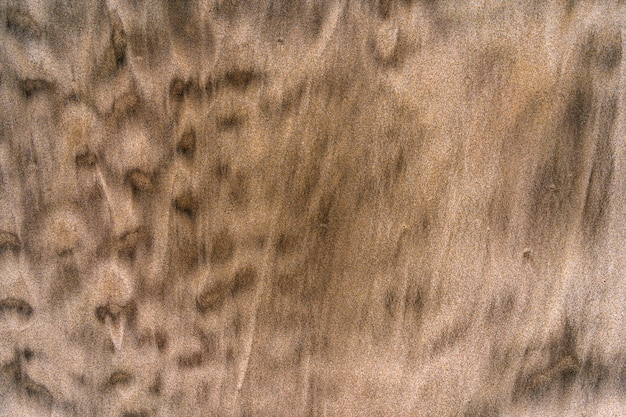 Gestreept zand op een strand in californië goudkleurig zand met een mengsel van zwart zand patroon op het zand