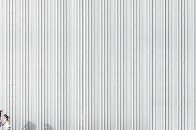 Gestreepte betonnen muur van een gebouw