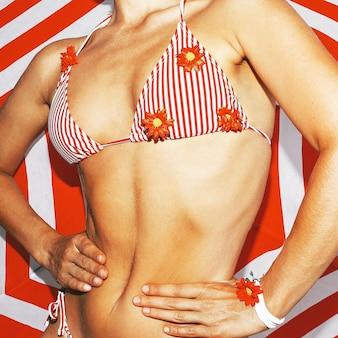 Gestreepte bikini. gestreepte achtergrond. strandvibes feest