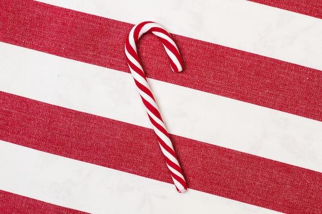 Gestreepte candy cane op een gestreepte rode en witte achtergrond