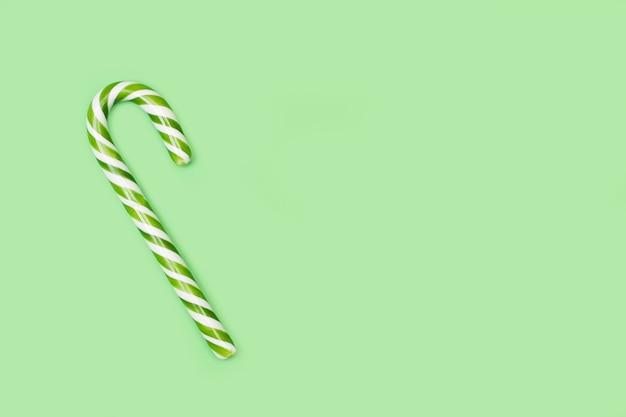 Gestreepte candy cane op een groene achtergrond met kopie ruimte