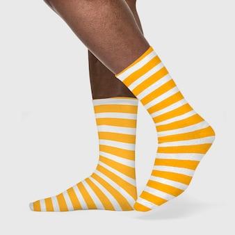 Gestreepte crew sokken op afro-amerikaanse vrouw