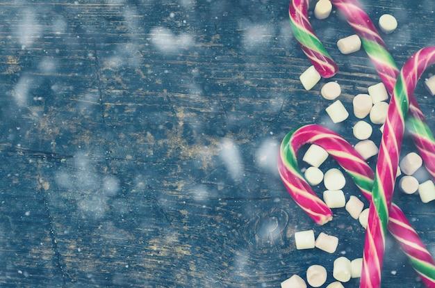 Gestreepte kerststokken en marshmallows