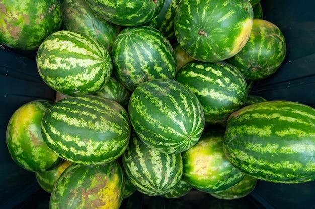 Gestreepte rijpe watermeloen ar boerenmarkt of supermarkt luchtfoto bovenaanzicht.