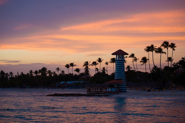 Gestreepte rood witte vuurtoren aan de kust van de caribische zee. dominicaanse republiek.