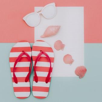 Gestreepte slippers, witte zonnebrillen en schelpen