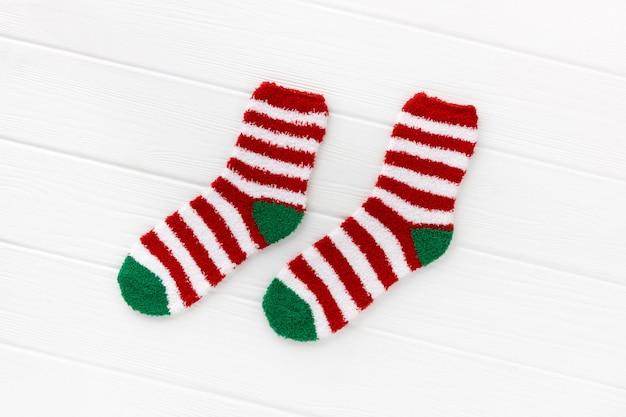 Gestreepte sokken met laptop op wit hout. kerst plat leggen