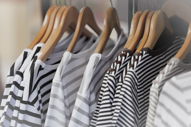 Gestreepte vrouwelijke truien in een kledingwinkel.