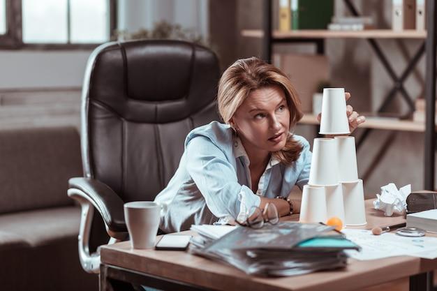 Gestresst en depressief. blondharige hardwerkende advocaat zonder inspiratie, gestrest en depressief