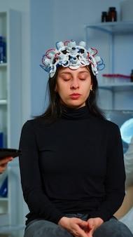 Gestresste patiënt zittend op neurologische stoel met eeg-headset