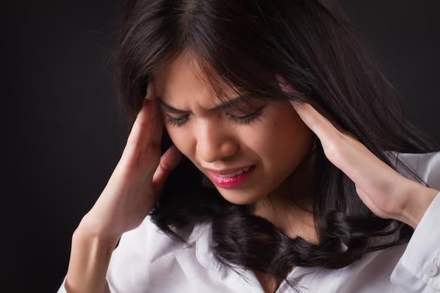 Gestresste vrouw met hoofdpijn, duizeligheid, duizeligheid, migraine, kater