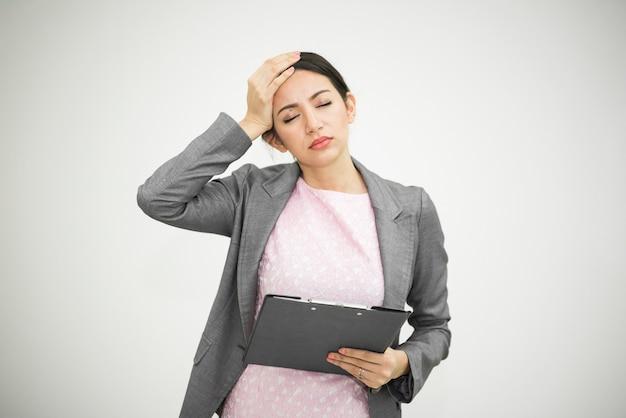 Gestresste zakenvrouw en hoofdpijn voor werk op kantoor. stress in de levensstijl.
