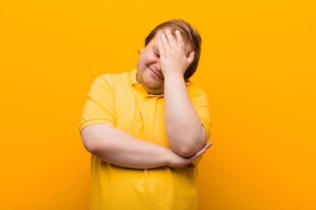 Gestrest, beschaamd of overstuur, met hoofdpijn, gezicht met hand bedekkend