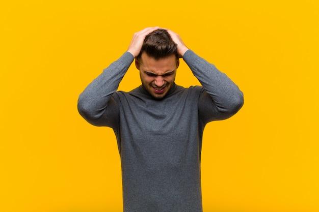 Gestrest en gefrustreerd voelen, de handen in de lucht steken, zich moe, ongelukkig en met migraine voelen