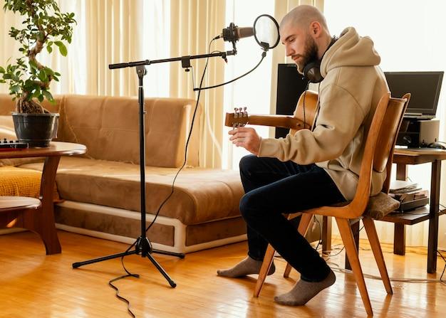 Getalenteerd persoon die muziek produceert in de studio