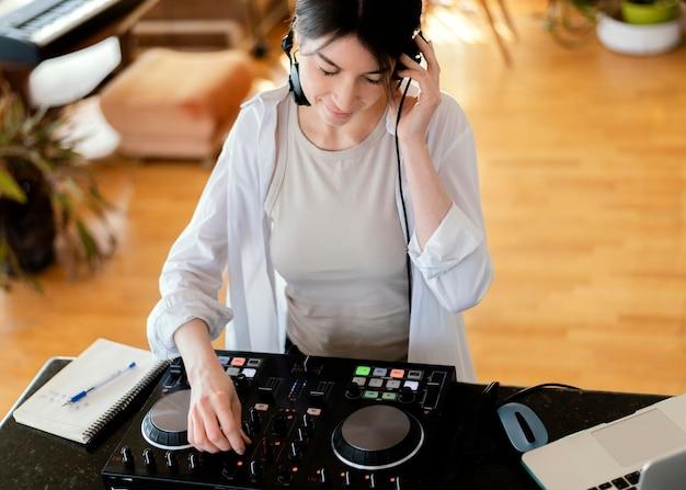 Getalenteerd persoon die muziek produceert in een thuisstudio
