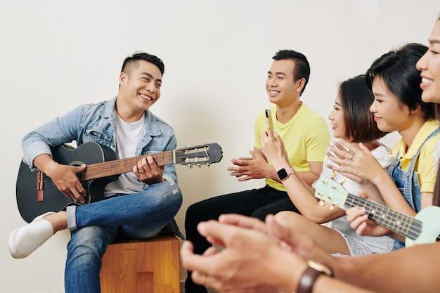 Getalenteerde man die voor vrienden zingt