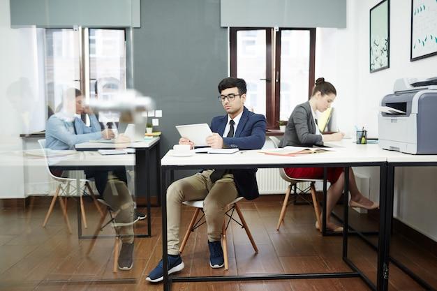 Getalenteerde ontwerpers gericht op werk
