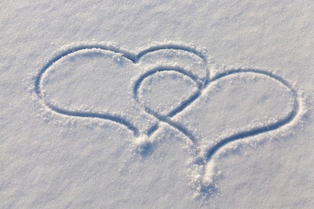 Getekend in het winterseizoen, het hart op de sneeuw