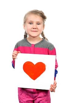 Getekende hart in handen van het meisje op witte ruimte
