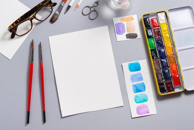 Getextureerde aquarel papier blad met verf op bureau, mockup