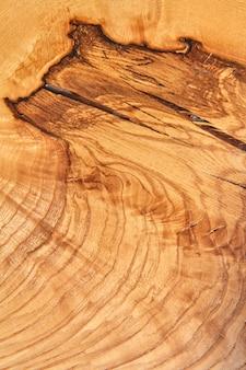 Getextureerde natuurlijke houten plano met ringen.