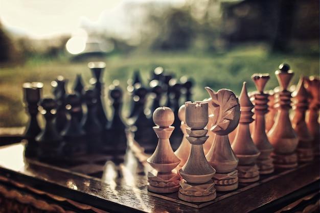 Getextureerde retro-effectfoto van schaken aan boord van concept