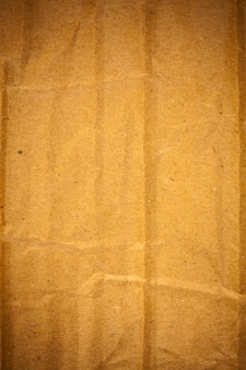 Getextureerde verfrommeld bruin karton papier achtergrond.