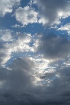 Getextureerde wolken boven de blauwe hemel