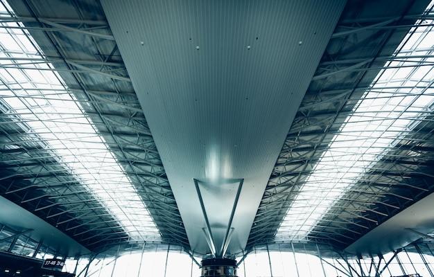 Getinte foto van stedelijk dak op luchthaven met grote ramen